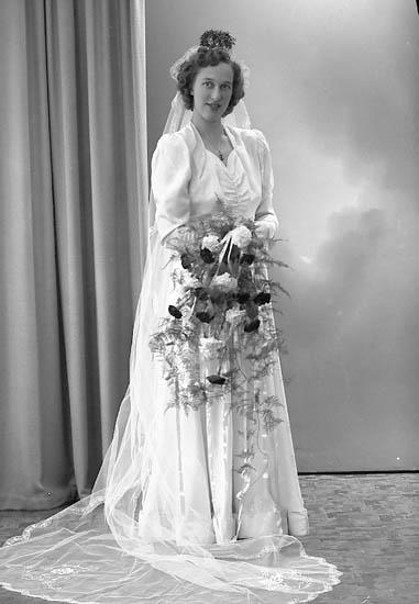 "Enligt fotografens journal nr 7 1944-1950: ""Skoog, Herr Frans, Apleröd Ödsmål bruden""."