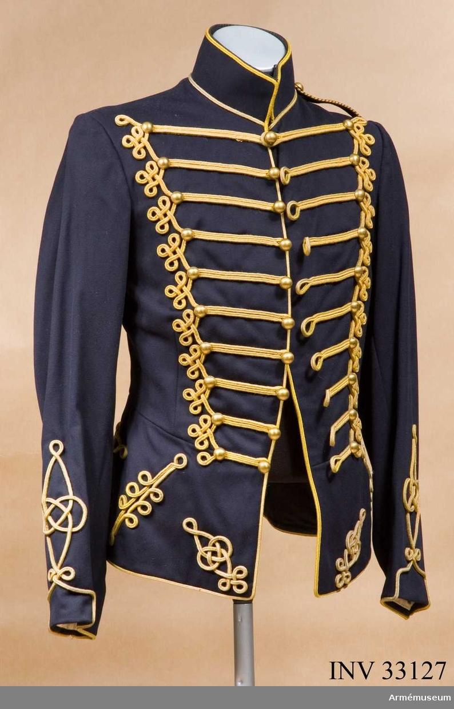Grupp C I. Ur uniform, daglig dräkt, för manskap, vid Kronprinsens husarregemente; 1895-1910. Består av dolma, mössa, långbyxor, resårskor, danssporrar.