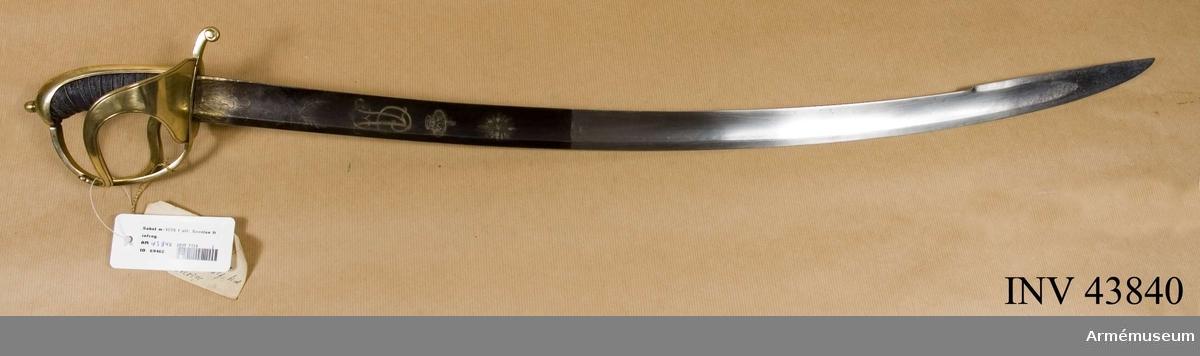 """Grupp D II Tillverkad under Gustaf IV Adolfs tid.  Klingan är krökt, eneggad och till större delen av sin längd skålslipad. Närmast udden har den en 17 cm lång, tveeggad klack. Upptill är den blånad och prydd med etsade och förgyllda ornament, varibland Gustaf IV Adolfs krönta namnchiffer. Bredd upptill: 35 mm.  Fästets äro av ursprungligen förgylld mässing och av samma typ som på Savolaxsabeln m/1759. Kaveln är klädd med svart fiskskinn. Runt kaveln går en spiralreffla 14 varv. I bottnen på denna reffla är en av två parter hopsnodd mässingstråd anbringad. Baktill har kalveln ryggbeslag, som upptill övergår i en låg, avrundad kappa. Upptill på kappan finnes en rätt hög nitknapp. Kring nitknappen är kappan enkelt ciselerad. Parerstången har fyrkantigt tvärsnitt. Baktill avslutas den av en nedböjd, på sidorna med ett enkelt spiralornament prydd knapp,och framtill övergår den i båge i hangbygeln. Den sistnämndes övre ända är instucken under kappans främre kant. På terssidan finnes en nästan trekantig, uppböjd parerplåt, från vars spets en ganska bred, S-formig spång går till handbygeln, vilken den träffar vid dess övre krök. På andra sidan om Föreningspunkten förlänges spången av en liten avrundad, bakåtböjd flik. På kvartsidan finnes en liknannde, men mindre parerplåt med motsvarande spång. Kvartspången träffar handbygeln ungefär på mitten. Längs varje kant på ryggbeslaget, kappan, handbygeln, parerplåtarna och spängerna går en ingrverad rand.  Den på ytter- eller terssidan befintliga parerplåten och dess spång äro med tenn fastlödda vid respektive parerstång och handbygeln. Det kan vara reperation, men med hänsyn till att vapnet inköpts av den kände """"vapenförbättraren"""" fabrikör Gernandt ligger misstanken nära att dessa delar äro en komplettering, visserligen av riktig form, utförd av den av Gernandt mycket anlitade förre vakten m.m. vid Artillerimuseum   - Rosén."""