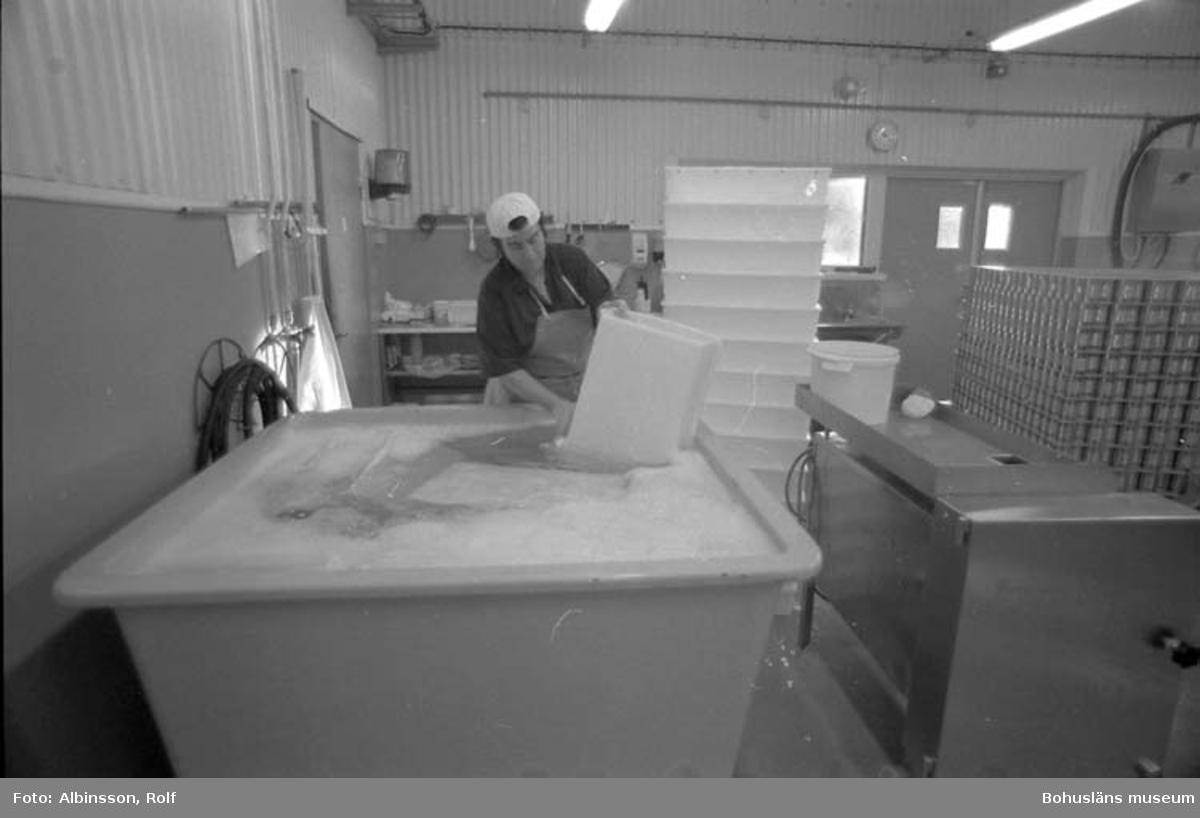 """Enligt fotografens noteringar: """"Här tvättas backar manuellt. Doris Wahlgren."""" Fototid: 1995-11-16."""