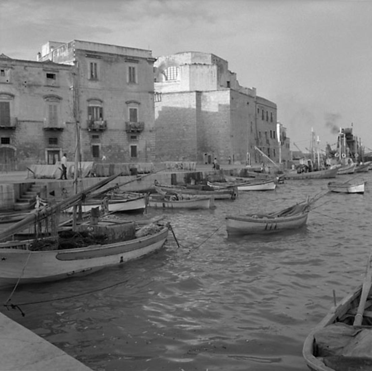 15. Italien. Fotojournal finns på B.M.A. + fotoalbum. Samtidigt förvärv: Böcker och arkivmaterial. Foton tagna 1959-10-28. 12 Bilder i serie.