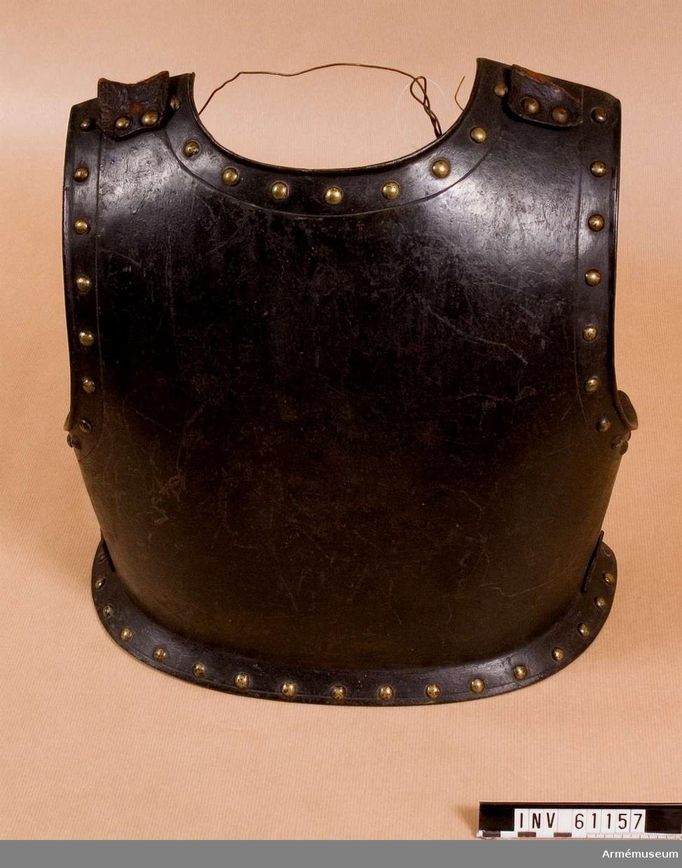 Grupp D IV. Tungt ryggharnesk. Svärtat och med mässingsnitar. Skottfritt, 1630-50.