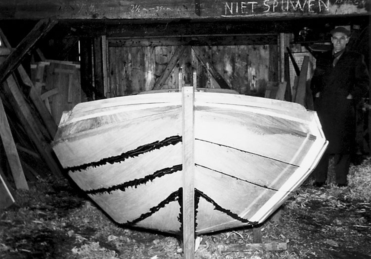 """Skrivet på baksidan: """"4.""""  Bildserien från ett holländskt småbåtsvarv 0908-0930."""