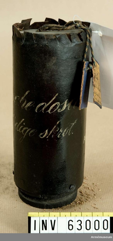Grupp F II.  Kapten F A Spaks katalog år 1888.  3-pundig kartesch med 72 stycken 2-lödiga skrot.