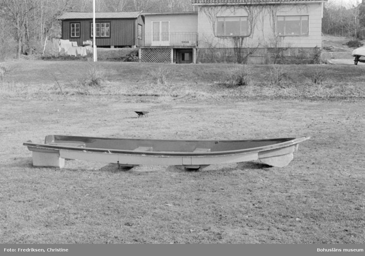 """Motivbeskrivning: """"Bröderna I & K Jonasson, Rossö. Kosterfjord 46. Datum: 1980-04-15. Riktning: S."""