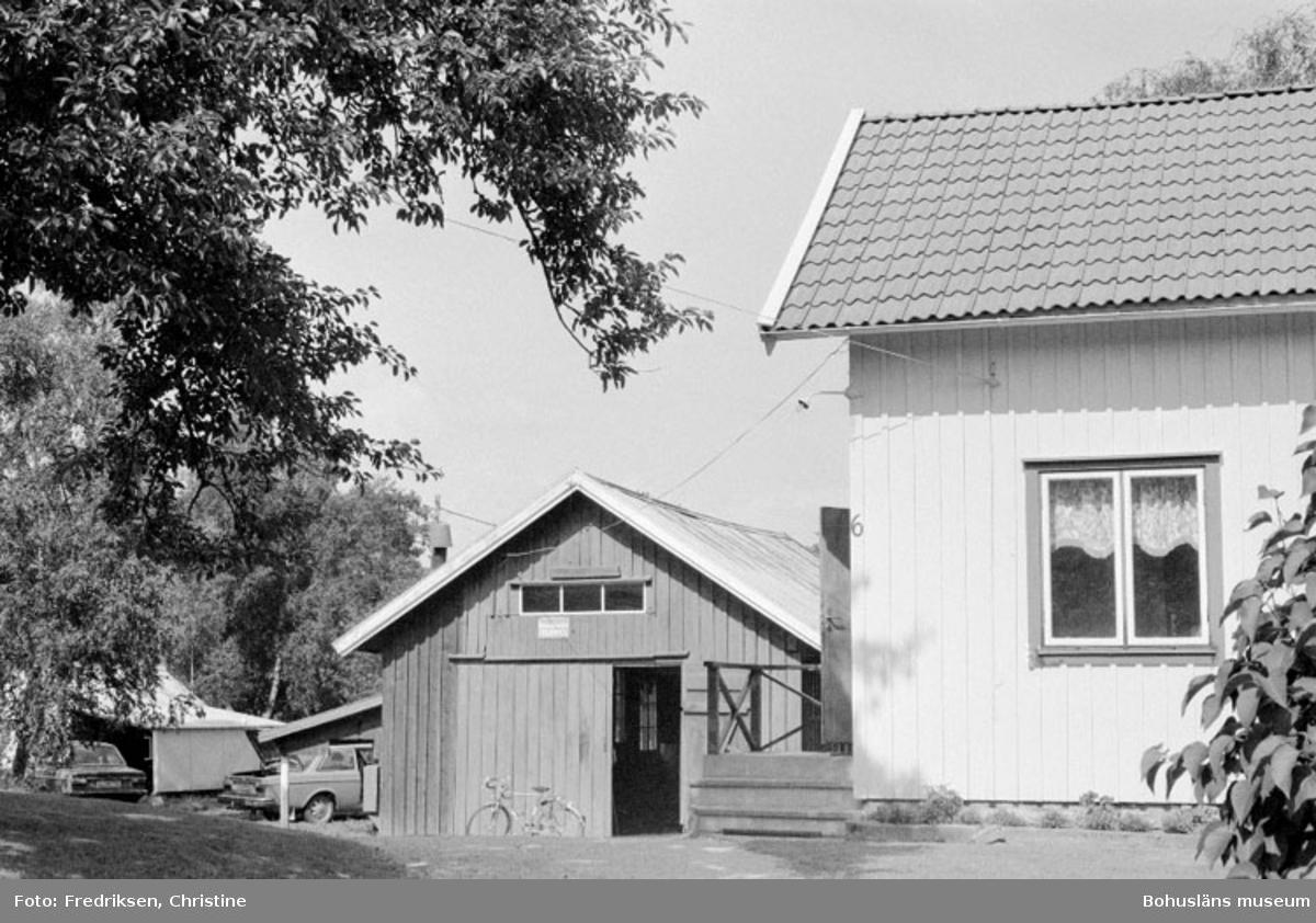 """Motivbeskrivning: """"Abel Johansson, Henån, Orust. Bostadshus och båtbyggarverkstad."""" Datum: 19800710 Riktning: Ö"""