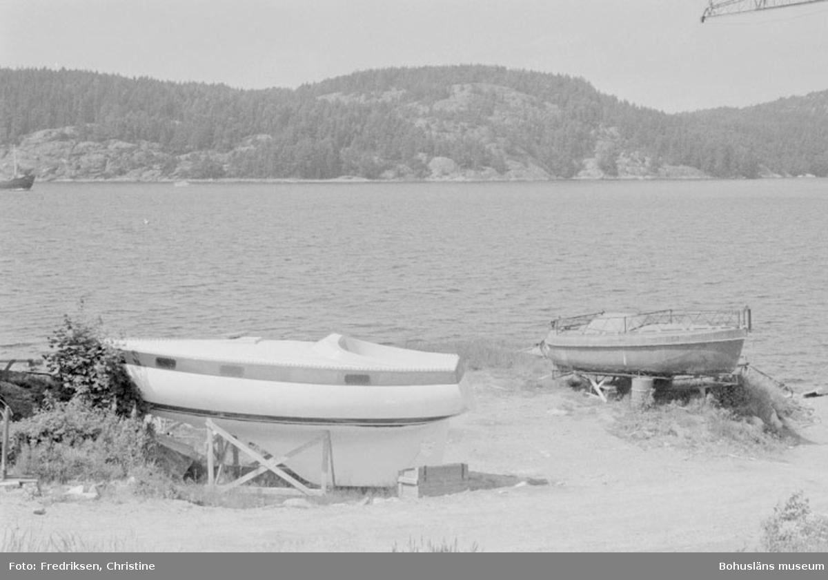 """Motivbeskrivning: """"Bild tagen vid Såtas Båtvarv, Söbben. På bilden syns bl. a formar (till höger) till plastskrov- och däckstillverkning."""" Datum: 19800715 Riktning: V"""
