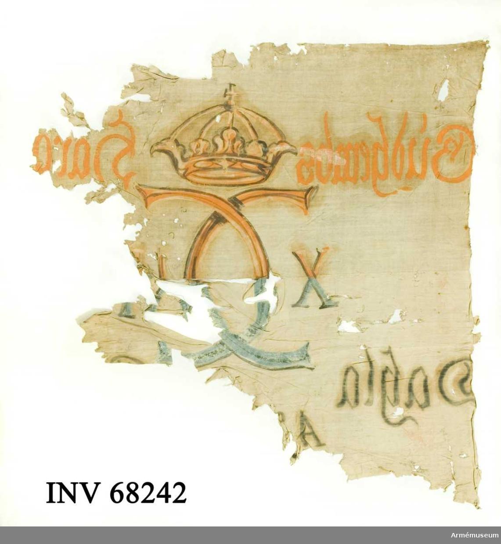 Horisontell skarv, sydd av två våder. Målning i ockra och brunt respektive blått och svart.  Dekor:  Målad endast från dukens insida Karl XII:s namnchiffer, dubbelt C med X-II på ömse sidor, krönt med sluten krona, på det övre fältet i gult och brunt, på det nedre i blått och svart. Text på ömse sidor om chiffret, upptill i gult och nedtill i svart. Under detta text i svart.