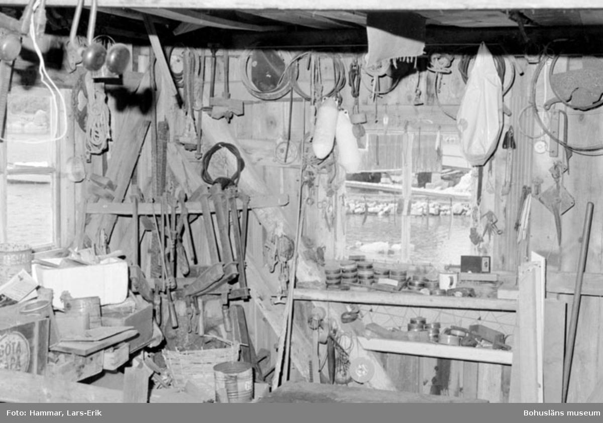 """Motivbeskrivning """" F.d varv i Skredsvik, interiör från båtbyggarverkstaden."""" Datum: 19800717"""