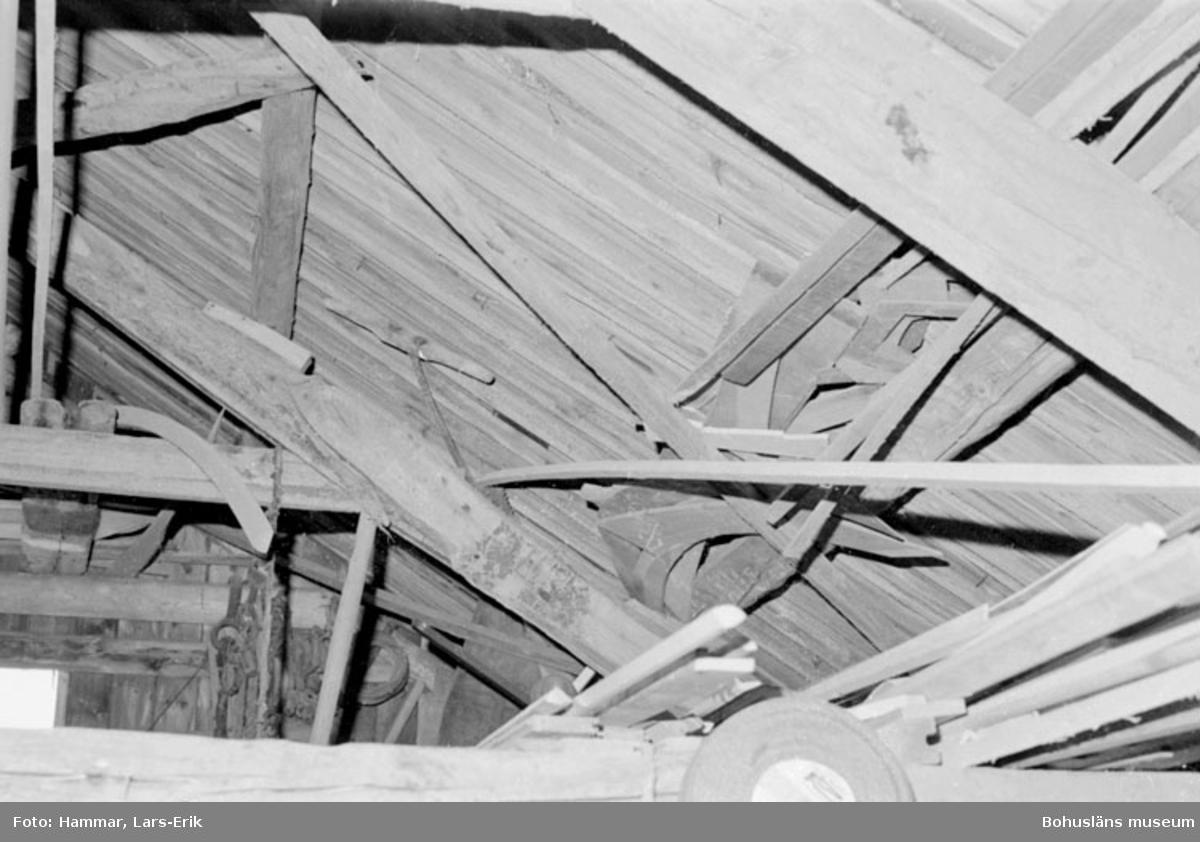"""Motivbeskrivning: """"F.d varv i Skredsvik, uppe vid taket syns bl.a mallar."""" Datum: 19800717"""