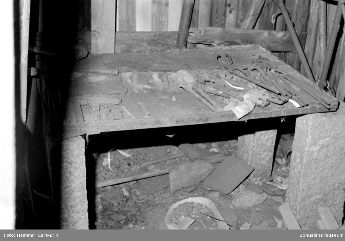 """Motivbeskrivning: """"F.d varv i Skredsvik, interiör från smedjan. På bilden syns bl.a smidestänger."""" Datum: 19800717"""