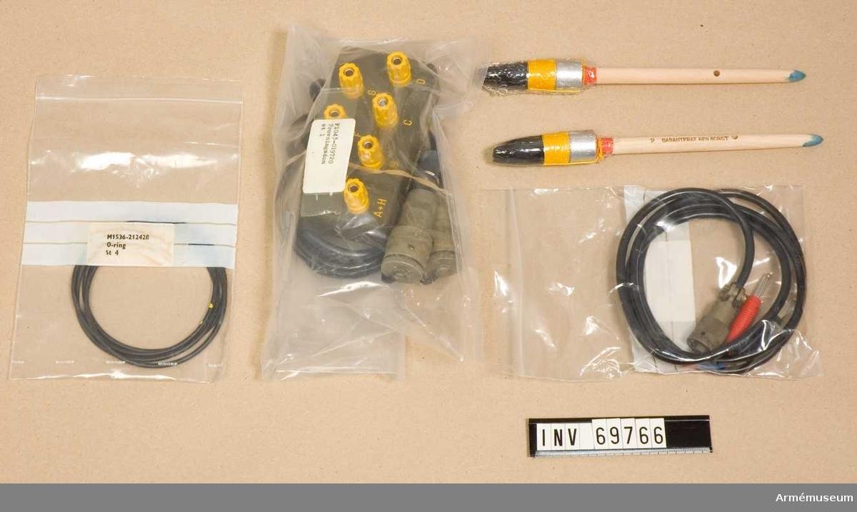 Innehåller påsar märkta:  1) F6636-600177 Kabel 1,2m.  2) F10043-019720 Provningsdon st 1.  3) M1536-212428 O-ring st 4.  4) 2 st penslar