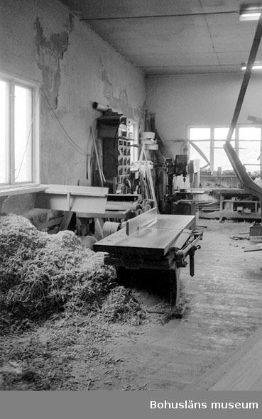 """Motivbeskrivning: """"Tommas Löfberg, Rönnängs varv, på bilden syns rikthyvel."""" Datum: 19801008"""