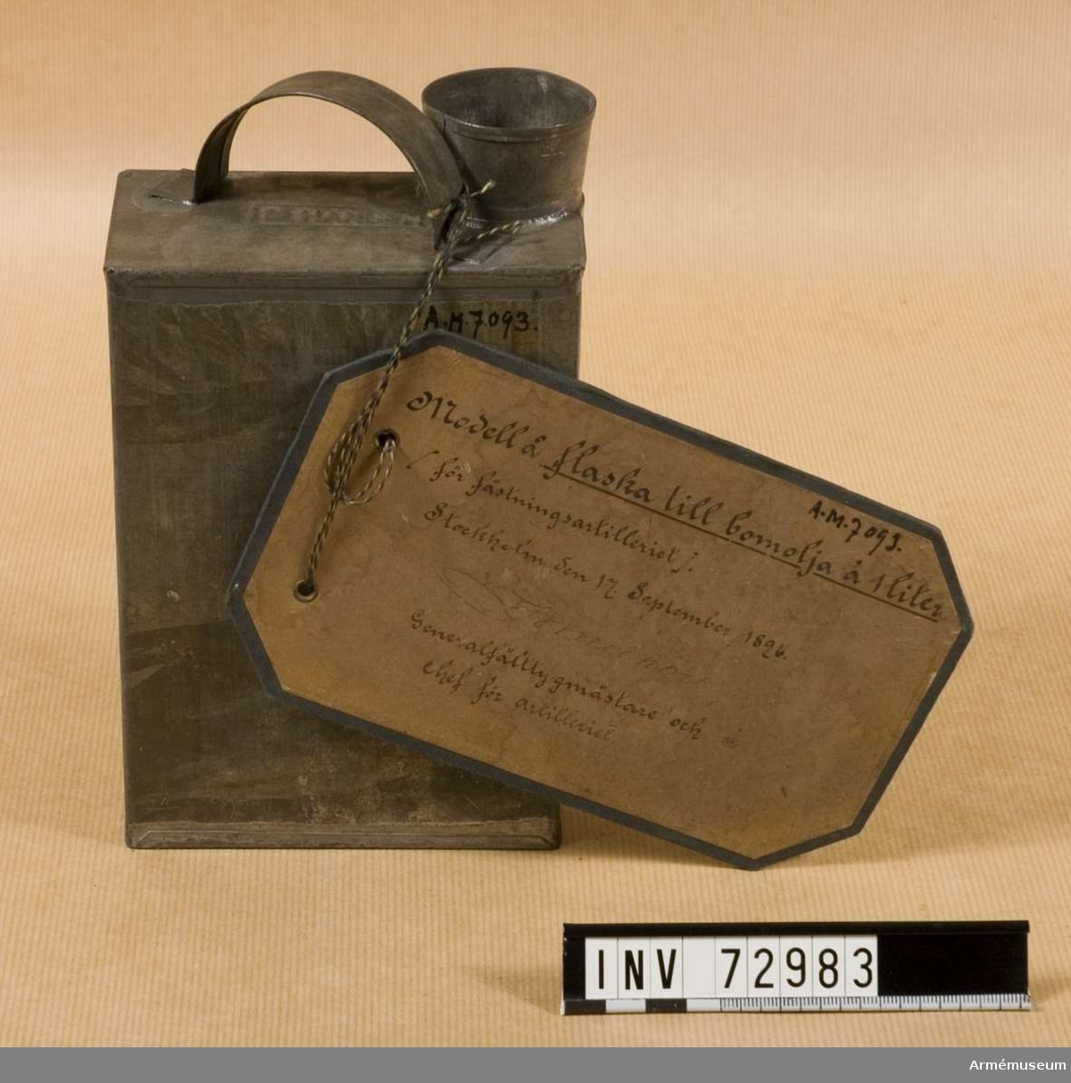 """Grupp F.III. """"Modell å flaska till bomolja å 1 liter.  (fästningsartilleriet) Stockholm den 17 September 1896. (namnteckning) Generalfälttygmästare och chef för artilleriet"""""""