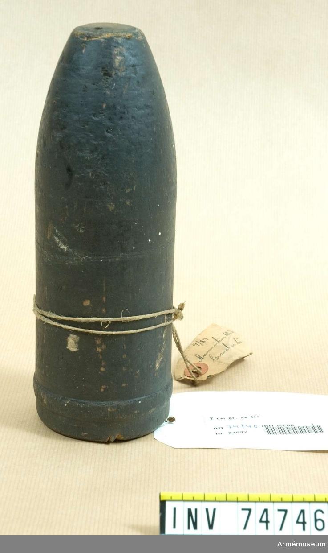 Grupp F.IV. Granat av trä, blind ammunition till 7 cm kanon m/1887. Med utdragsbygel.