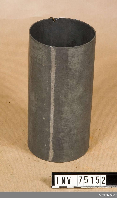 Grupp F:III.(överstruken) V.  no 5.  Schamplun av zink för stridsladdningar 1.28 kg styckekrut till refflade framladdningskanoner m/1863 av 10 cm kaliber.