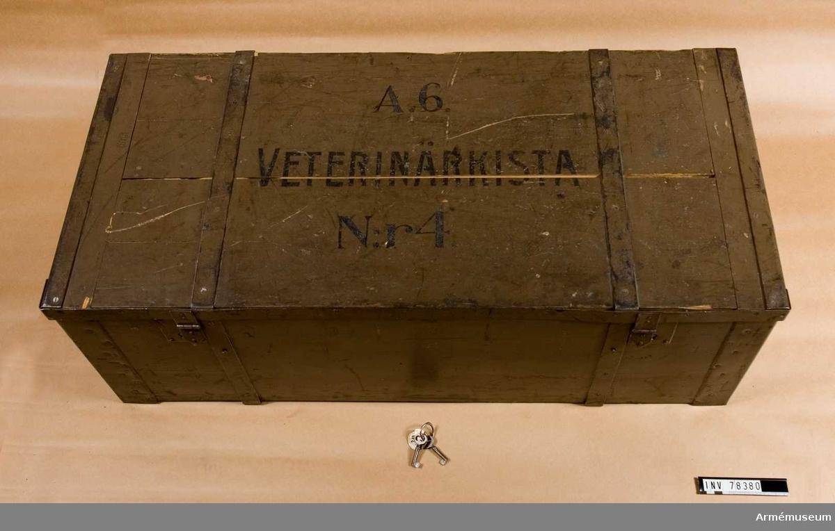 Grupp I V. Veterinärkista med innehåll.