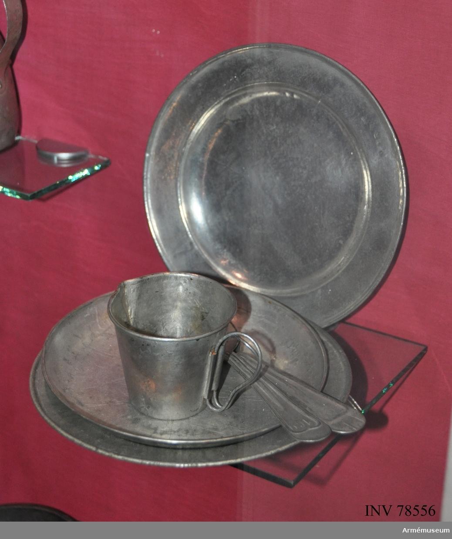 """Grupp I:III. Tallrik av förtennt stålplåt m/1877 """"för sill och potatis samt annan fast föda""""."""