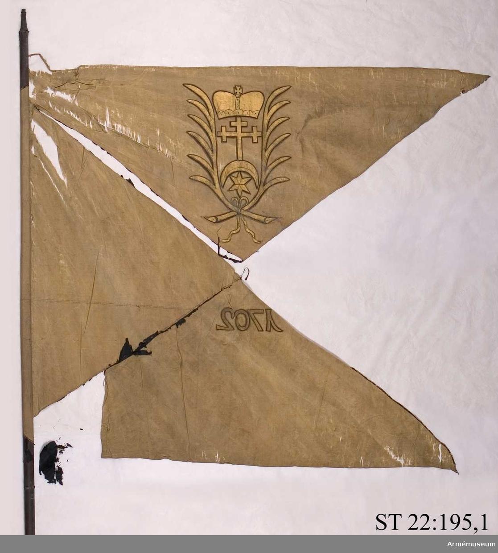 Duken ursprungligen röd med svart St Andreaskors. I översta fältet syns det heraldiska vapnet för den litauiske storhetmanen Mykolas Servacijus Visnioveckis (Michal Serwaci Wisniowiecki). I nedersta fältet årtalet 1702.
