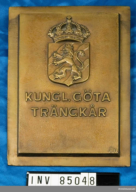 nr. 11848    Kungl. Göta Trängkår /text som ovan, vapensköld krönt av kungl. krona/  Skulptör Åke Hammarberg