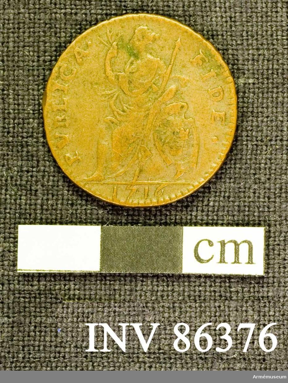 Grupp M II. Åtsidan: PVBLIKA FIDE. En sittande kvinnofigur, vänd åt venster, håller i den högra uppåtsträckta handen tre sädesax och omfattar med den venstra handen och armen ett långt spjut. på marken, lutande mot figuren, står en sköld i barockstil, innehållande Sveriges tre kronor. Under avskärningen: 1716. Frånsidan: I DALER S.M. på tre rader. Myntets ytterrand refflad diagonalt. Material: koppar med tvångsvärde 1 daler silvermynt. Beskrivning: Carl Peyron.