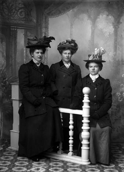 Ateljefoto, tre kvinnor::