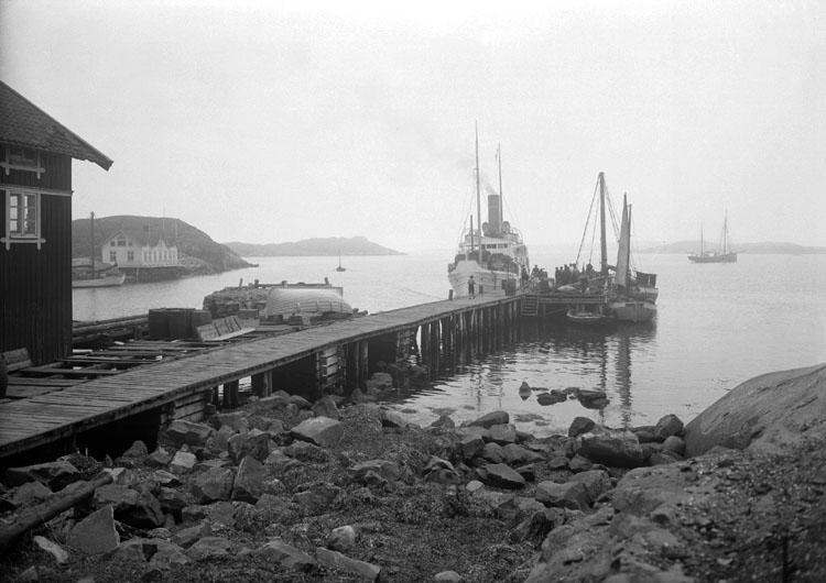 Maj 1924. Hälleviksstrand. Ångbåtsbron med skärgårdsångare.
