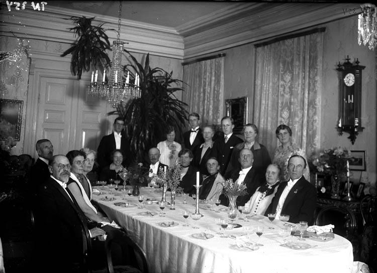 """Enligt tidigare noteringar: """"Släktbjudning i V. Kullgrens hem. Gruppfoto vid middagsbord i matsal."""""""