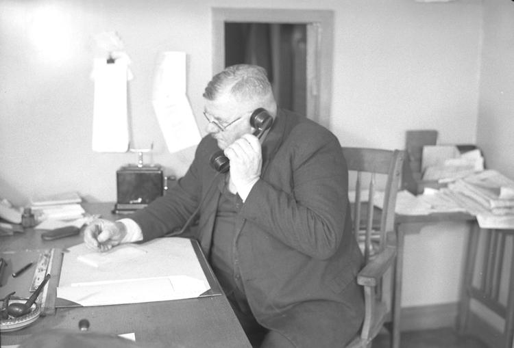 "Text till bilden : ""Westkustens Olje & Guanofabrik. Oxevik. 1949.04.04"""