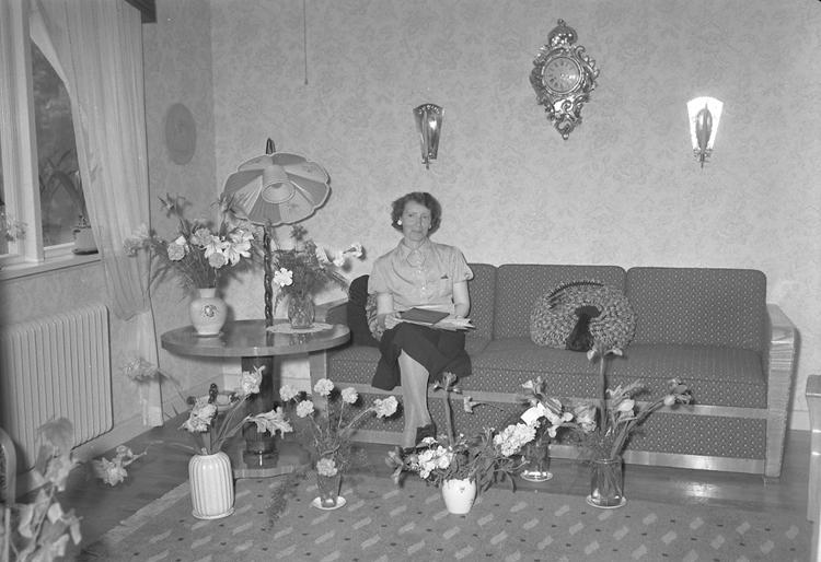 """Text till bilden: """"Fru Sally Johansson, N. Kvarngatan 29. 50 år. 1950.06.23""""             i"""