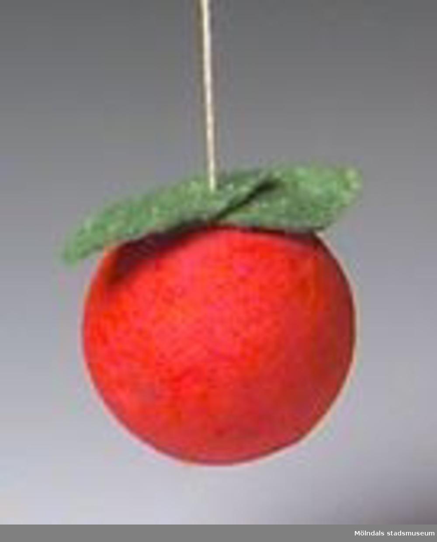 Julgranskarameller, tomtar och äpple tillverkade som pysselarbete, sannolikt på Katrinebergs daghem. MM02368:1 julgranskaramell i rött och vitt silkespapper med tomteansiktebokmärke på. Centimeterbreda veckade pappersremsor i ändarna. L: 590 mm. Diam: 50 mm.:2 Julgranskaramell i vitt och rött, som tomte med påmålat ansikte. L: 280 mm.Bredd: 60 mm.:3 Tomte av garnboll och rosa flörtkula. L: 180 mm. Diam:50 mm.:4 Tomte av rött vikt papper och bomull. L: 110 mm. Bredd: 65 mm.:5 Tomte av tallkotte, vit flörtkula och rött crépepapper. L: 150 mm.:6 Julgransäpple av röd flörtkula. L: 50 mm.:7 Hjärta av flätat halmband. L: 140 mm. B: 70 mm.Gåva av Katrinebergs Daghem genom Birgitta Bilting.
