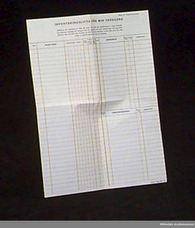 Bilaga till trädgårdskalender (MM02636:1). Ett ark med dubbelsidigt tryck där olika kolumner delar in växter, åtgärder, datum mm. Oanvänd.