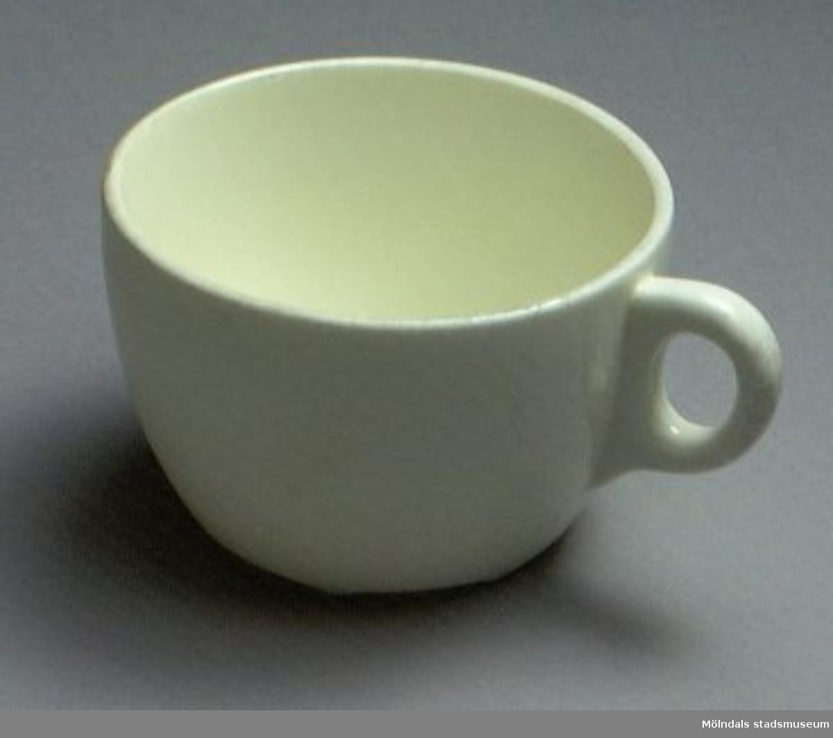 Kaffekopp med fat.En uppsättning porslin från personalbostad, MM3092-3102.Vit benporslin från Gustavsberg.