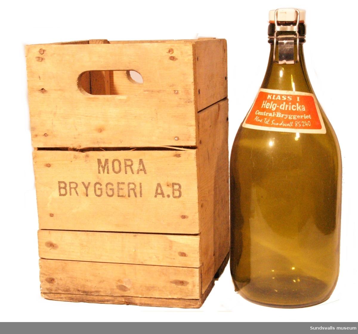 Flaska i gröntonat glas och patentkork från Central-Bryggeriet, Alnö. Etiketten i rött och vitt har texten 'KLASS 1, Helg-dricka, Central-Bryggeriet, Alnö. Tel. Sundsvall 85240'. I botten är flaskan märkt 'S 64' i relief och på korken kan man läsa 'KLASS 1'.