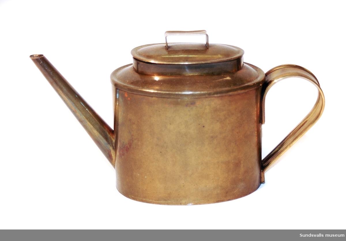 Oljekanna för smörjning tillverkad i mässing. I botten finns stämpeln 'BAHCO MADE IN SWEDEN Nr 2357'. Kannan har oval form, lock och grepe.