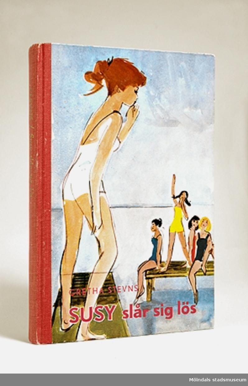 Bok - Susy slår sig lös av Gretha Stevns, Rabén & Sjögrens förlag. Framsidans bild föreställande flickor på badbryggor är gjord av Kerstin Thorvall - Falk. På baksidan står en kort introduktion, samt titlarna på fler böcker i samma serie. Pris 4:25. Boken har röd tygrygg.Givaren fick boken av sin faster Maja i julklapp 1957. Hon köpte ofta lite annorlunda böcker och gav bort. Denna bok handlar om internatskolevärlden, ett populärt område och ganska främmande för svenska skolbarn, därför också spännande tyckte jag.