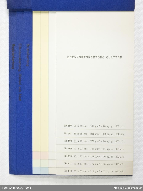 """Provbok Nr 30D. Häfte med prover; """"Brevkortskartong/ Bristolkartong/ Elfenbenskartong/ Registerkartong"""". Pärm av blått linnepressat papper med blått tryck. Logotyp med sfinx på fundament och tillverkarnamn. Produktinformation. Provark i olika färger och storlekar, ordnade lättöverskådligt.Litteratur: Papyrus 1895-1945, Minnesskrifter, Esseltes Göteborgsindustrier AB, Göteborg 1945."""