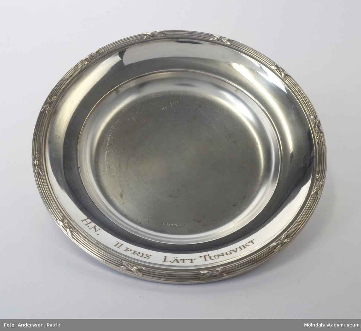 Idrottspris, andra pris, tilldelat tungviktsboxare Henry Nicklasson. Fat i nysilver, med gravyren: H.N. II PRIS LÄTT TUNGVIKT.
