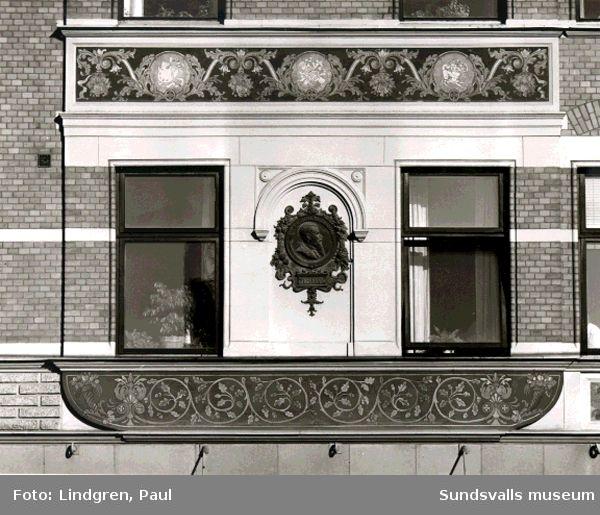Fasaddetaljer på Holmströmska husets fasad. Hälsan 5, varuhuset Forum, Plakett av byggherren Otto Holmström