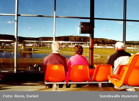 Bergsåkers travbana. Dokumentation gjord av Daniel Roos, Nordens Fotoskola Biskops-Arnö, under praktik på Sundsvalls Museum.