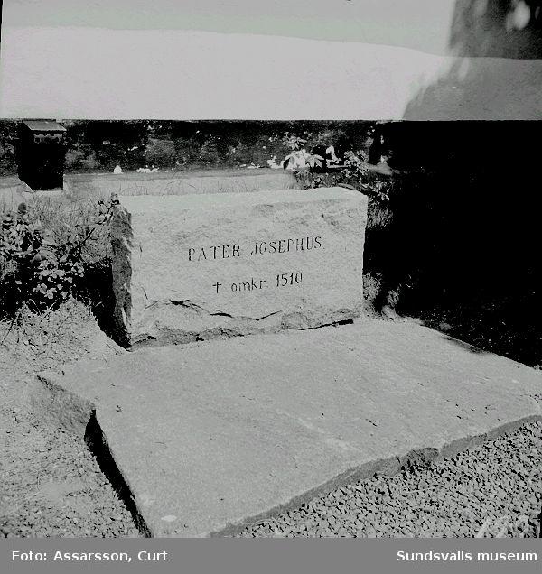 Pater Josephus grav invid kyrkan..
