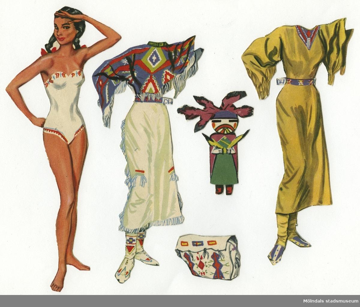 """Pappersdocka med kläder och tillbehör, urklippt ur tidning på 1950-talet. Docka och kläder är märkta """"Det Lilla Vita Molnet"""" på baksidan - dockans namn. Dockan föreställer en ung indiankvinna med flätor, iklädd vita underkläder av baddräktsmodell med indianmönster. Garderoben består av två indiandräkter i olika färger och mönster, med fransar. Hon har också tillbehör, såsom en väska, och en egen docka. Docka och kläder förvaras i en pappmap, med texten """"Senorita"""" och en flamencodanserska på, tillsammans med andra pappersdockor (MM 04676-04680). Eventuellt har mappen ursprungligen innehållit brevpapper."""