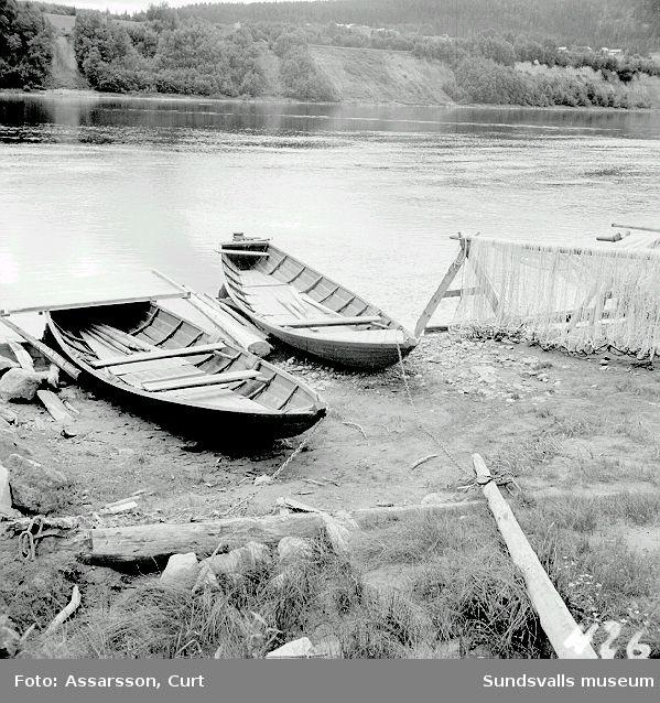 Laxnotbåtar vid stranden av Prästbordets laxfiske, Indal.