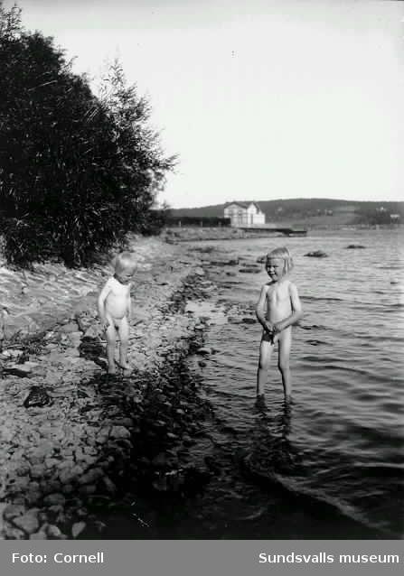 Två av gossarna Cornell vid stranden till Kaptensudden. Badhuset i bakgrunden.