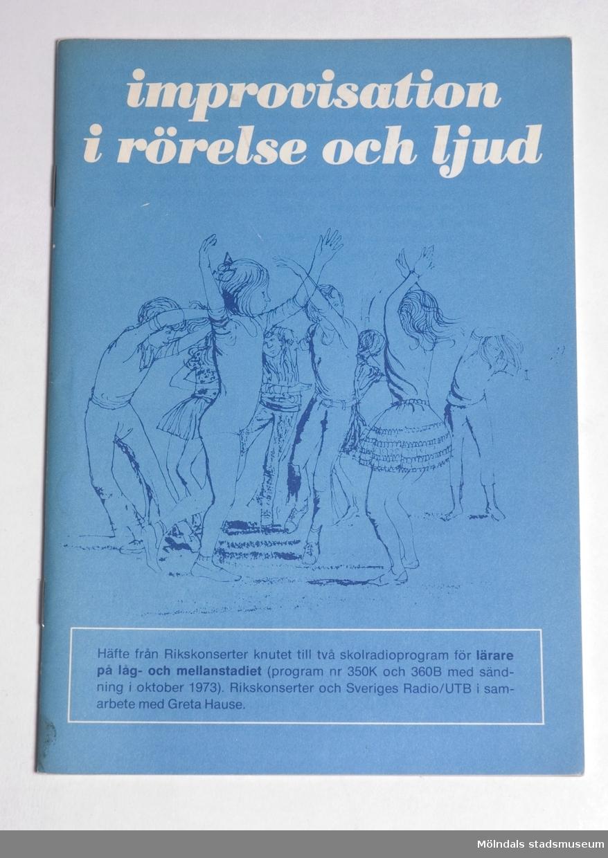 """Bok med böjliga, tunna och blå-turkosa pärmar.""""Improvisation i rörelse och ljud""""."""