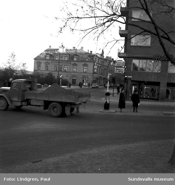 Korsningen Storgatan, Skolhusallén. Trafiksyndare vid trafikfyrarna.