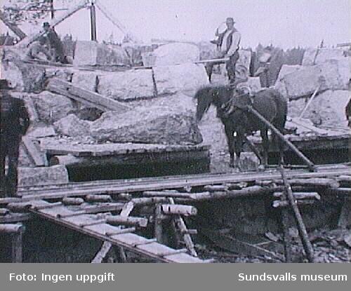 Män med hästar på ev ett stenbrott.