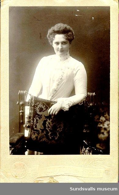 Porträtt av Maria Kihlbaum i början av sin karriär som fotograf. 1897 öppnade Maria sin ateljé på Storgatan 33 i Sundsvall. Det var inte alltid ett lätt arbete att vara kvinnlig fotograf. Apparaterna var stora, tunga och klumpiga, men Maria Kihlbaum var alltid med där något hände och många är de bilder hon tagit av de på den tiden talrika sågverken. Knappast något kunde avskräcka den unga duktiga fotografen. Hon pulsade i meterhög snö, klättrade på tak och forcerade nästan omöjliga hinder för att få perspektiv.