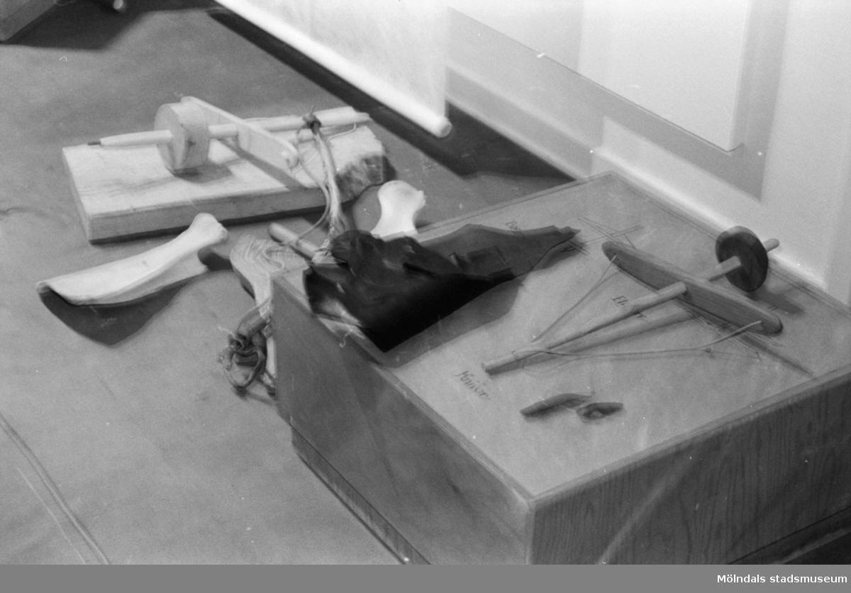 """Interiörbilder på utställningen """"Storviltjägarna i Balltorp"""" som visades på Mölndals museum 23 april - 29 oktober 1989. Utställningen byggde på en utgrävning som gjordes med arkeologen Bengt Nordqvist i Balltorp 1987. Storviltjägarna i Balltorp levde för över 9.000 år sedan. Idyllen då människor levde för dagen i naturens eget skafferi. Målade bilder och kompletterande texter berättade om hoten och farorna som var förenade med jakten på vildsvin och uroxar. Här visades också en 9.000-årig konserverad eldstad - den äldst kända i hela Norden. Det visades yxor, skrapor, knivar och mycket annat som hittades vid utgrävningen, och besökarna fick tillfälle att själv prova på stenåldersverktygen, hugga med flintyxa, prova skrapor och knivar, rista och borra i ben."""