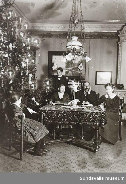 Familjeporträtt i rumsmiljö.